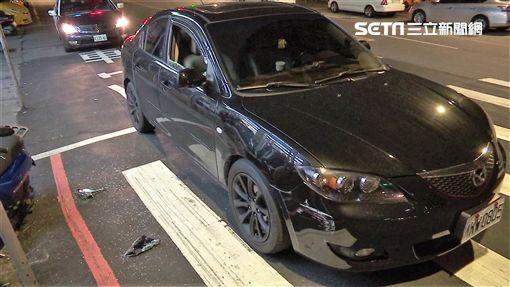 林男駕駛黑色馬自達遭白色BMW攔截,右車窗還遭4名惡煞敲破,車上陳姓友人遭對方擄走(翻攝畫面)