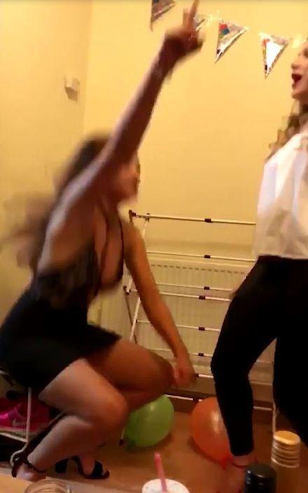 英國,正妹,熱舞,屁股,鞋架,趣聞 圖/翻攝自YouTube