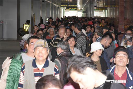 民眾試乘機場捷運,排隊, 圖/記者林敬旻攝