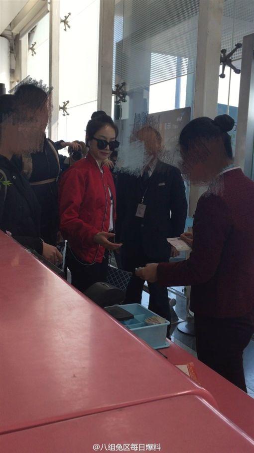 ▲宋茜昨(15)日搭機,登機證卻被撕壞,讓她當場愣住反應很。(圖/翻攝自八組兔區每日爆料微博)