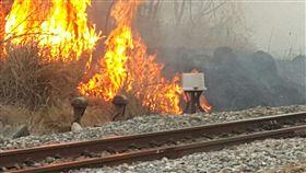 台鐵,燒稻草,大火/台鐵提供