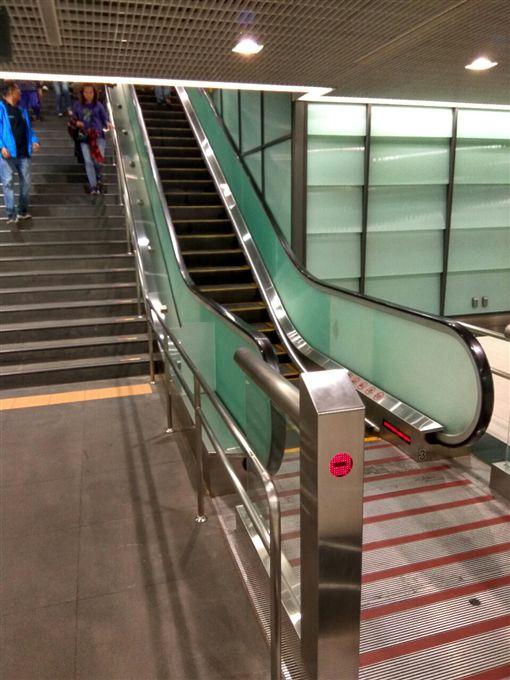 機場捷運,電扶梯 圖/翻攝自PTT