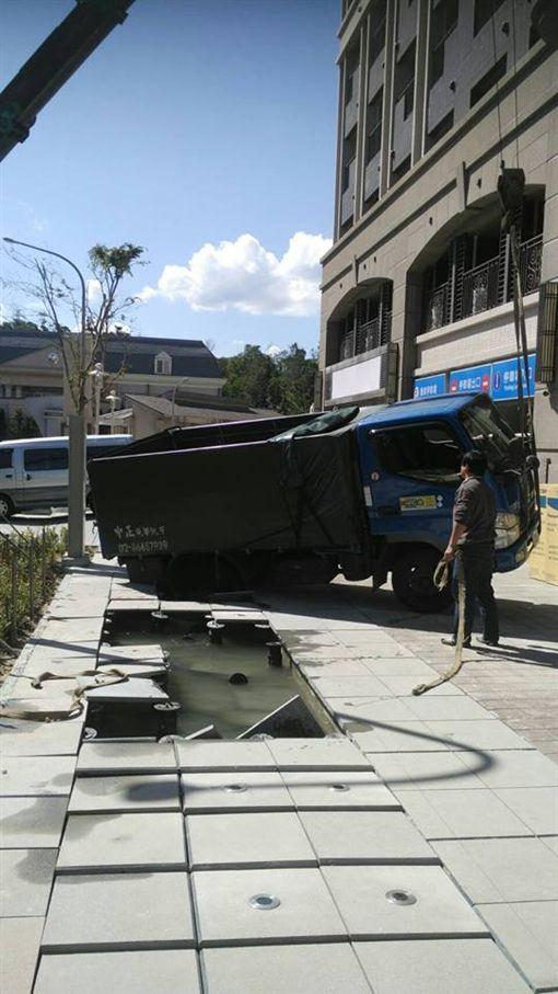 人行道 坍塌 中和 爆料公社