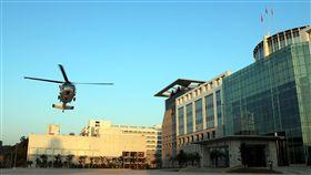 精實應變能力 直升機試降博愛營區 國防部17日表示,國軍為精實戰備任務訓練及緊急應變 能力,上午派遣空軍S-70C型機、陸軍UH-60M型機各1架 次,於博愛營區執行試降任務。 (軍聞社提供)/中央社