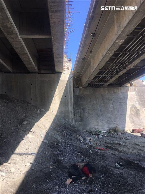 台東台九線騎士撞護欄摔落橋下不治。(圖/翻攝畫面)