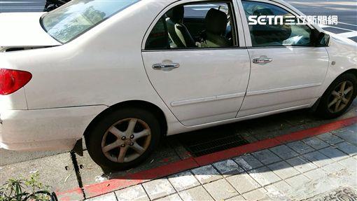 宋男積欠車款遭車商尾隨,逃至派出所前反而成為加害人,雙雙遭到警方逮捕送辦(翻攝畫面)