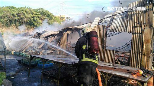 淡水有機蔬菜倉庫因插座冒火引發熊熊火勢,3間廠房在1小時內付之一炬(翻攝畫面)