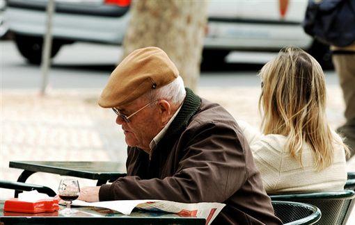 老人,失智(圖非新聞當事人/攝影者Pedro Ribeiro Simões,flikr CC License/網址http://bit.ly/1OEUEQz)