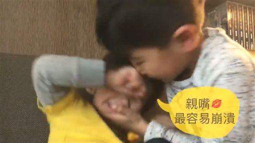 肥安遭親兄亞歷「嘴對嘴」襲吻 崩潰痛哭模樣萌翻天 圖/翻攝自王君萍臉書