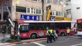 台北市1輛中興巴士的公車疑忘拉手煞車,整輛公車從斜坡滑下撞上候車亭(翻攝畫面)