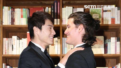"""唐振剛.周厚安為位同志婚姻議題電影""""還是一家人""""拍攝婚卡超基情"""