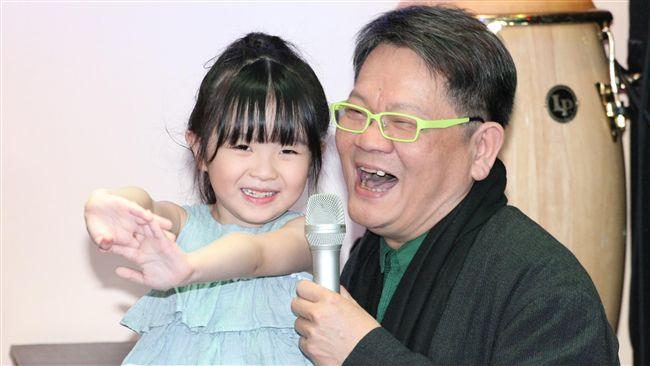 鄭進一女兒現身 熱舞、獻吻幫爸催票