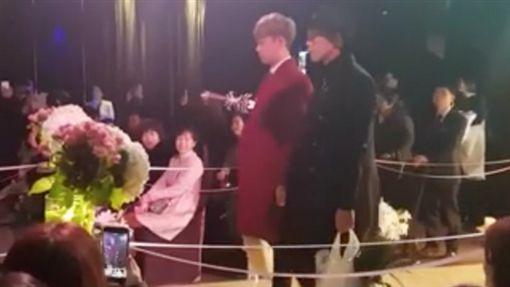 兩位婚禮歌手完美重現《鬼怪》經典橋段。(圖/翻攝自유한용臉書)