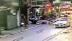 駱姓男子騎車行經得和路遭警盤查,他心虛加速逃逸又衝撞警車,遭到警員壓制逮捕(翻攝畫面)