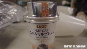 食藥署今(22)日公布最新邊境查驗結果,自日本進口的「UCC濾掛式咖啡三合一杯組」,驚見內附糖包產自日核災5縣市之一的櫪木縣。(圖/食藥署提供)