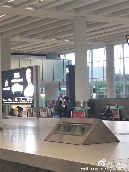 大閃!王菲、謝霆鋒機場甜吻愛藏不住 圖/翻攝自微博