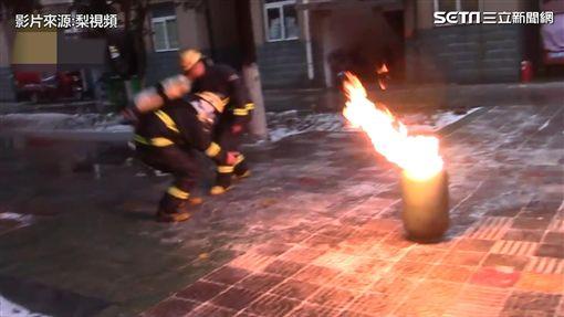 圖/大陸消防員英勇抱煤瓶下樓