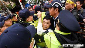 反年金改革,八百壯士,軍公教,抗議,衝突 圖/記者林敬旻攝