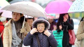 下雨、冷氣團、寒冷/中央社