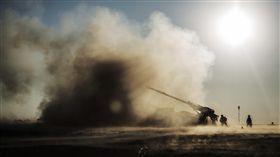 伊拉克指揮官說,伊拉克指揮官說,在伊斯蘭國進行反擊之後,加強部隊已經被派往摩蘇爾東部地區,伊拉克軍隊在伊拉克卡亞拉的聯軍部隊基地向伊斯蘭國軍事陣地向伊斯蘭國軍事陣地射擊。 ,進一步放緩了近兩個月的進攻,奪回了城市。戰爭示意圖(圖/美聯社/達志影像)