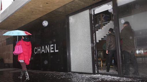 台北市五星級晶華酒店的地下精品街,25日凌晨3時許驚傳火警。香奈兒,channel,(圖/中央社)