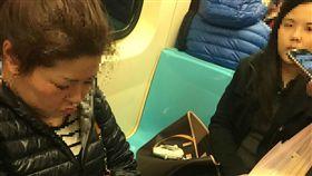 ▲有網友拍下女子搭乘捷運用包包霸佔座位,行徑誇張不讓坐。(圖/翻攝自靠北奧客臉書)