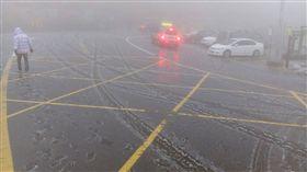 合歡山降冰霰  路面一度結冰天氣冷颼颼,合歡山26日清晨曾短暫降下冰霰,台14甲線路面也因此結冰;不過上午10時後已經融化,交通恢復正常。/中央社