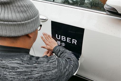 挺Uber司機交通部表訴求(1)台灣Uber司機聯盟26日號召數百輛汽車到交通部前,表達「挺Uber、站出來,支持TNC專法、廢除現行制度」的訴求。/中央社