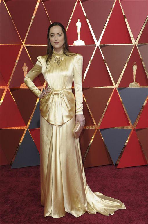 奧斯卡,星光大道,「格雷的五十道陰影」女主角達珂塔強生(Dakota Johnson)受邀擔任頒獎人,身穿古馳(Gucci)金黃色禮服走紅毯。(圖/美聯社/達志影像)
