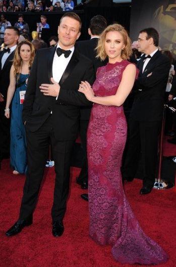 「黑寡婦」史嘉蕾喬韓森(Scarlett Johansson)與經紀人喬麥考塔(Joe Machota)走奧斯卡紅毯 圖/翻攝自TWITTER