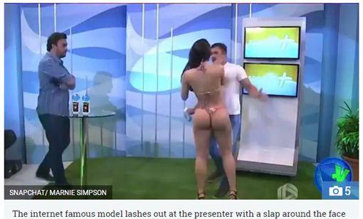 巴西男主持人碰到女模臀部(圖/翻攝自THE Sun)