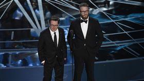 奧斯卡頒獎嘉賓米高福克斯(Michael J. Fox)、賽斯羅根(Seth Rogen)致敬《回到未來》 圖/美聯社