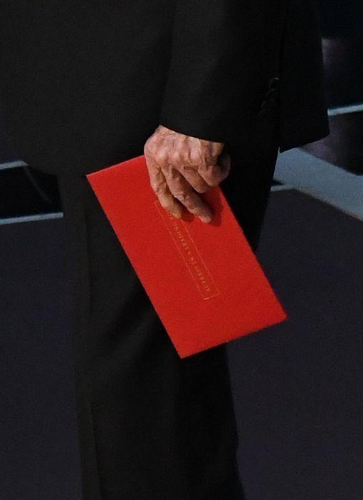 奧斯卡頒錯獎,華倫比提手上信封為「最佳女主角」 圖/翻攝自USA TODAY