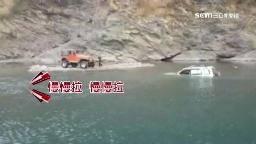 不諳地形強渡溪 男子受困吉普車內險滅頂