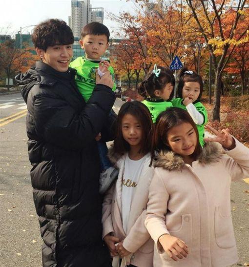李家五姐弟曾到片場探班。(圖/翻攝自大發媽媽IG)