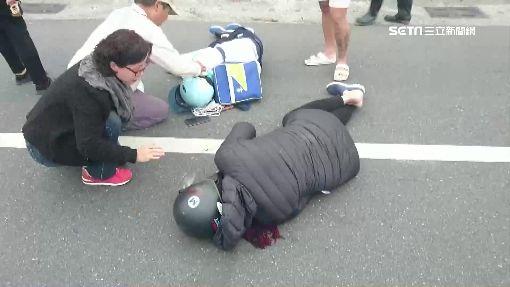 爆胎打滑!母子重摔 民眾熱心陪等救護車