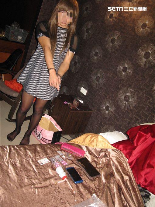 蕾絲洋裝,黑絲襪,男扮女裝開毒趴,警方傻眼。