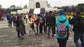 統促黨李、黃兩名成員毆傷中正一保防組長楊文振被法辦,另外蔡丁貴亦因焚燒國旗遭函送(翻攝畫面)