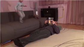 匈牙利,惡作劇,爸爸,下體,沙發,每日郵報 圖/翻攝自YouTube