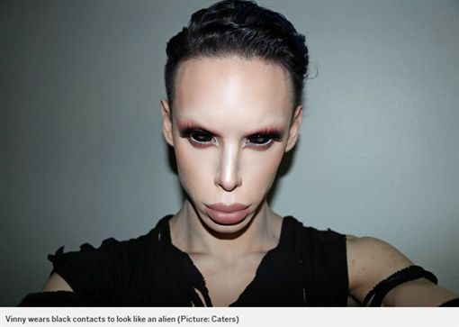 準備切GG…22歲男動百次手術當外星人:我在啟發世界!圖/翻攝自METROhttp://metro.co.uk/2017/03/02/make-up-artist-who-identifies-as-alien-hot-mess-wants-genitals-removed-to-become-sexless-6484022/