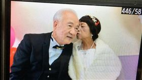 婚紗照被照相館弄丟  癌末患者重溫婚禮 70歲的癌末患者黃奶奶因為當年結婚照被照相館弄丟而 遺憾不已,台中醫院安寧病房為黃奶奶圓夢,找來親友 及彩妝師等,讓黃奶奶穿上婚紗與先生重溫一場美麗的 婚禮。 (台中醫院提供) 中央社記者郝雪卿傳真  106年3月3日