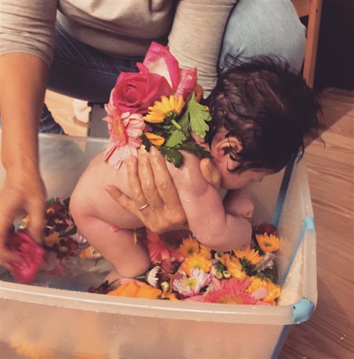 隋棠為滿月愛女洗花澡 意外掀起「農藥」討論。資料來源:隋棠臉書