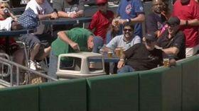 ▲接界外球的垃圾桶(圖/取材自MLB官網)
