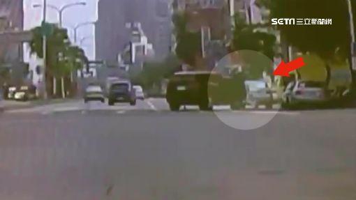 驚!X5副駕摔出小孩 母下車又忘拉手煞滑動