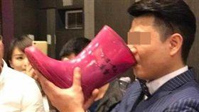 新郎敬酒,賓客用雨鞋裝酒/爆料公社