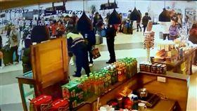 喝水吞下塑膠環 基隆港警急救援 杜姓男子7日下午到基隆準備搭郵輪出國,在旅客候船 大廳喝水時,不慎吞下瓶蓋內的塑膠環,一度休克,基 隆港警見狀立刻上前實施哈姆立克法施救,將杜男從鬼 門關拉回。 (翻攝畫面) 中央社記者王朝鈺傳真 106年3月8日
