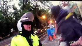 郭男騎車未戴安全帽遭警攔查,一旁尤姓友人對警辱罵三字經遭壓制,郭男拉扯警員亦遭法辦(翻攝畫面)