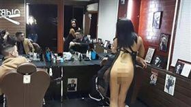 哈薩克,理髮,美髮店,設計師,裸女,脫衣舞孃,宣傳 圖/翻攝自太陽報