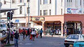 辛巴威 圖翻攝自每日郵報 http://www.dailymail.co.uk/news/article-4268780/Male-teacher-raped-sperm-bandits-Zimbabwe.html