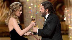 ▲布麗拉森頒獎給凱西艾佛列克。(圖/翻攝自Entertainment Weekly)